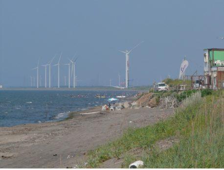 銭函海岸に建設中の巨大風車群。ここはオジロワシや野鳥たちの重要な渡りルート上ですが反対もむなしく。残念な結果に。